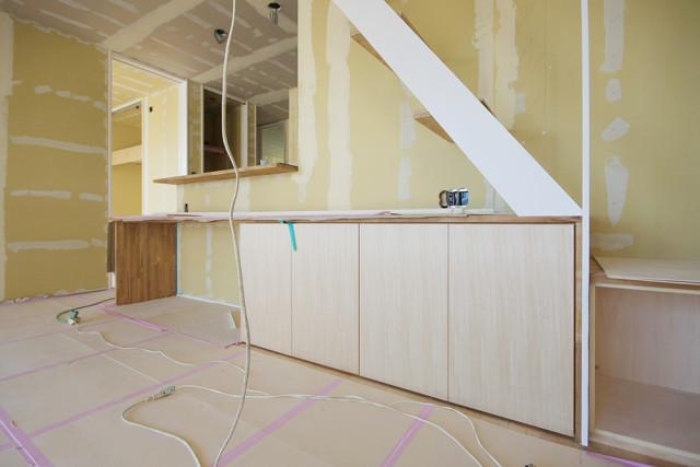 戸塚区の完全分離型二世帯住宅③明るい室内に合う白い鉄骨階段