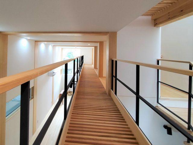 2階建て4層の家③「光が通るすのこ廊下」