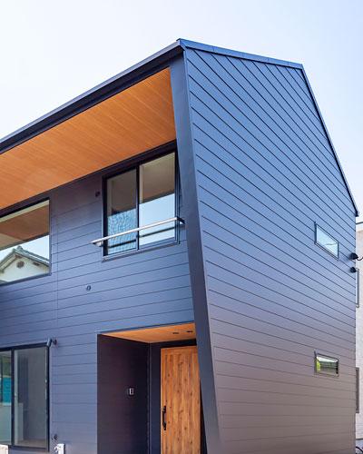 WEB内覧会「吹き抜けの空間に鉄骨階段が栄える洗練された家」