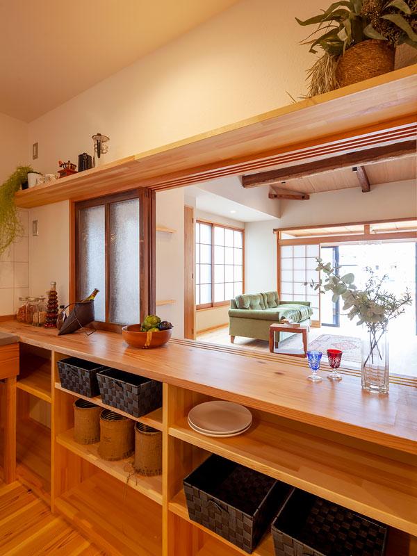 便利な収納棚とカウンター。来客時には閉じることができる